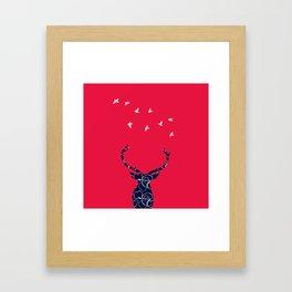 cerf bleu et rouge Framed Art Print