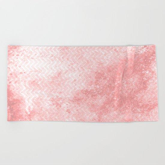 Rose quartz chevron pattern with grunge texture Beach Towel