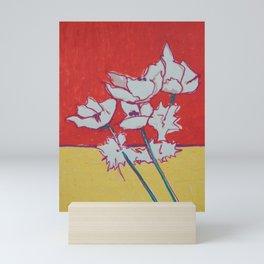 blanco sobre rojo Mini Art Print