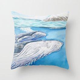Ballena gris con su cría Throw Pillow