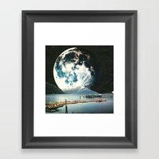 La notte che la luna non se ne andò  Framed Art Print