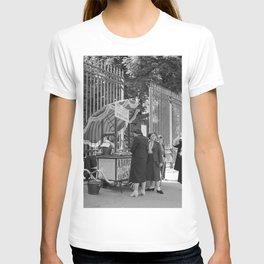 Passanten en een ijscokar bij de hekken van de Jardin du Luxembourg, Bestanddeelnr 254 2144 T-shirt