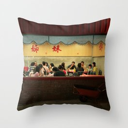 COMO UNA CARRETILLA ABANDONADA EN EL NORTE DE TAIWAN Throw Pillow