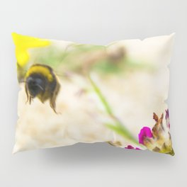 the flight of bumble bee on the bunes Pillow Sham