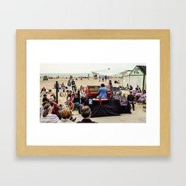 le piano sur la plage Framed Art Print