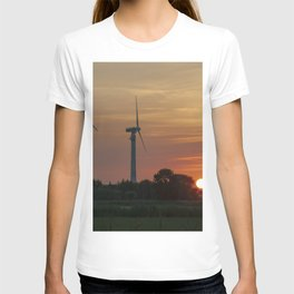 Windräder im Sonnenuntergang Horumersiel T-shirt