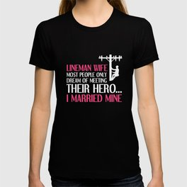 People Dream of Meeting their Hero Lineman Wife T-Shirt T-shirt