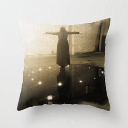 i en cirkel II Throw Pillow
