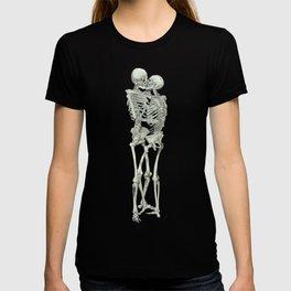 Love, kissing couple, skeleton, anatomy, human, kiss, relationship, marriage T-shirt