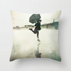 La danse de la pluie Throw Pillow