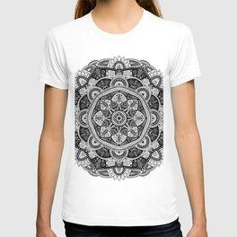 Black and White Mandala Pattern 011 T-shirt