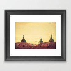 Y las gaviotas cantaban... Framed Art Print