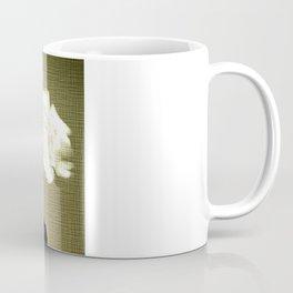 Weiße Rosen auf Leinen. Coffee Mug
