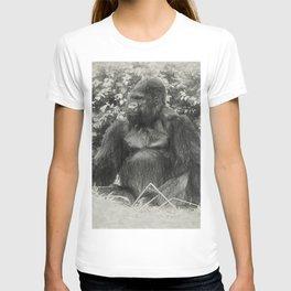 Male gorilla sitting on the ground T-shirt