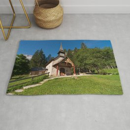 Small church surrounded by nature under the Seekofel Rug