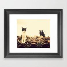 gatos en el tejado Framed Art Print