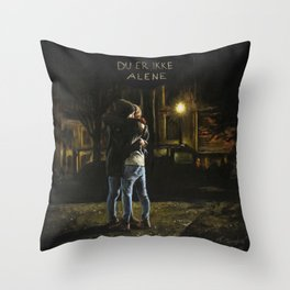 Du er ikke alene Throw Pillow