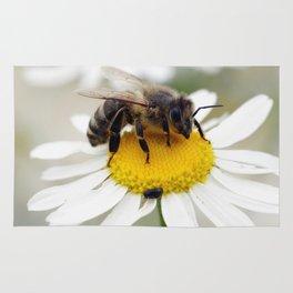 Biene auf der Kamille Wiese Rug