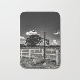 ciel et nuages et lampadaire dans campagne au Venezuela Bath Mat