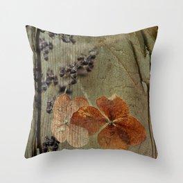 fleurs d'hier Throw Pillow
