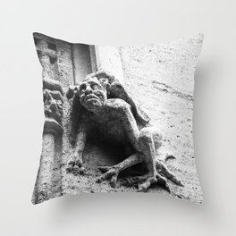 Gárgola Throw Pillow