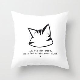 La vie est dure, mais les chats sont doux v2 Throw Pillow