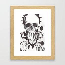 El mordisco de la calavera Framed Art Print