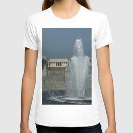 Memorial Fountain  And Lincoln Memorial T-shirt