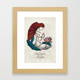 Estás unida a la vida Framed Art Print