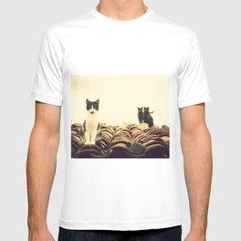 gatos en el tejado T-shirt