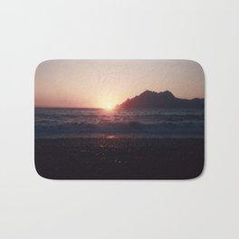 Kiss me @ the Beach - The Sun is touching the Ocean Bath Mat