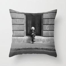 Salvación Throw Pillow