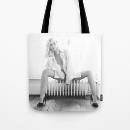 Elle savoure sa solitude // She savoured her solitude Tote Bag