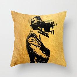 Un Uomo Complicato Throw Pillow