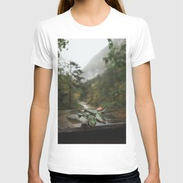 Lonely leaf | nature photography green moody landscape view art print T-shirt