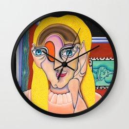 Rubia sin desodorante esperando el beso Wall Clock