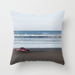 camion en la playa Throw Pillow