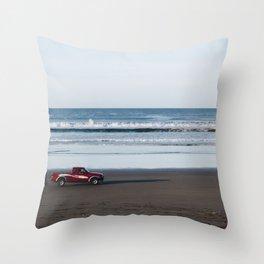 camion en la playa Throw Pillow