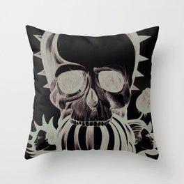 El mordisco de la calavera Throw Pillow