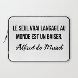 Le seul vrai langage au monde est un baiser.  Alfred de Musset Laptop Sleeve