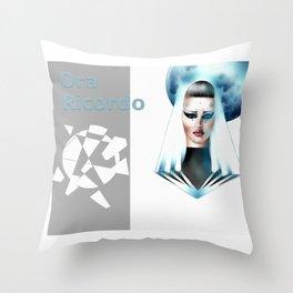 Lacrima di diamante Throw Pillow