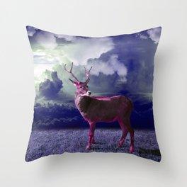 Le cerf dans les nuages Throw Pillow