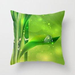 Bambus mit Wassertropfen Throw Pillow