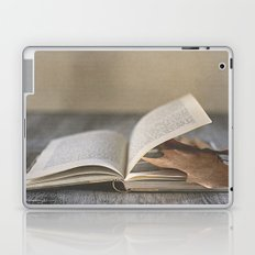 Libro y otoño.  Laptop & iPad Skin