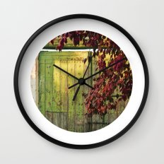 La portada verde y el otoño Wall Clock