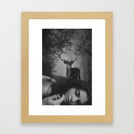 le rêve du cerf Framed Art Print