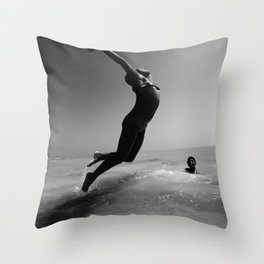 Un Point Fixe - V - Water Throw Pillow