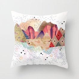 montañas Throw Pillow