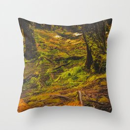 Sombre forêt Throw Pillow
