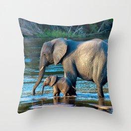 Baignade en famille Throw Pillow
